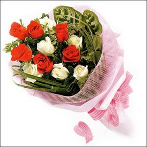 5 kirmizi 5 beyaz güllerden   Uşak online çiçek gönderme sipariş