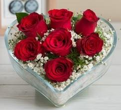 Kalp içerisinde 7 adet kırmızı gül  Uşak çiçek gönderme sitemiz güvenlidir