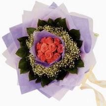 12 adet gül ve elyaflardan   Uşak çiçekçi mağazası