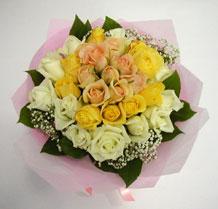 sari ve beyaz gül karisimda   Uşak çiçek , çiçekçi , çiçekçilik