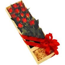 kutuda 12 adet kirmizi gül   Uşak çiçek yolla