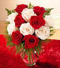 Uşak uluslararası çiçek gönderme  5 adet kirmizi 5 adet beyaz gül cam vazoda