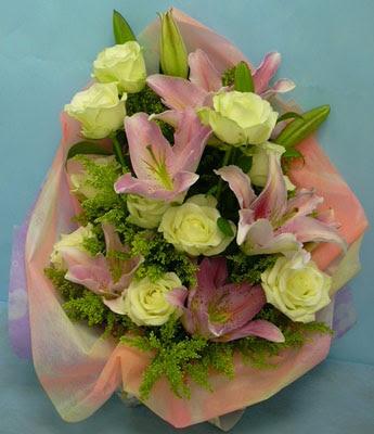 11 adet gül ve 2 adet kazablanka buketi  Uşak internetten çiçek satışı