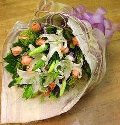Uşak internetten çiçek satışı  11 ADET GÜL VE 1 ADET KAZABLANKA