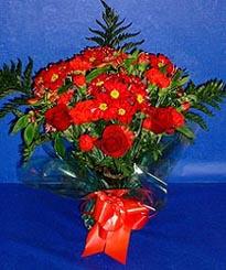 Uşak hediye çiçek yolla  3 adet kirmizi gül ve kir çiçekleri buketi