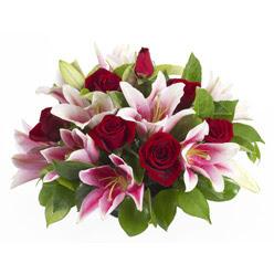 güller ve kazablnaklardan aranjman  Uşak anneler günü çiçek yolla