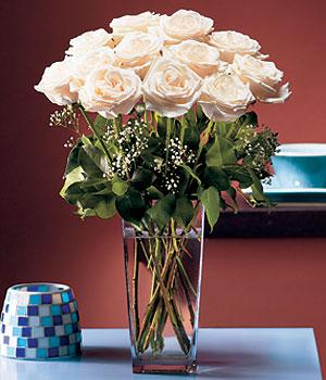 Uşak hediye sevgilime hediye çiçek  Cam yada mika vazo içerisinde 12 gül
