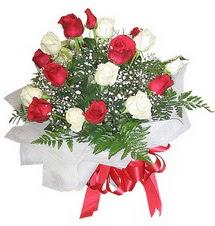 Uşak çiçek , çiçekçi , çiçekçilik  12 adet kirmizi ve beyaz güller buket