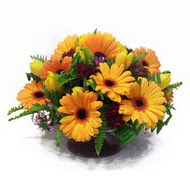 gerbera ve kir çiçek masa aranjmani  Uşak çiçek siparişi vermek