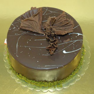pastaci ustamizdan 4 ile 6 kisilik fistikli çikolatali yaspasta  Uşak çiçek servisi , çiçekçi adresleri