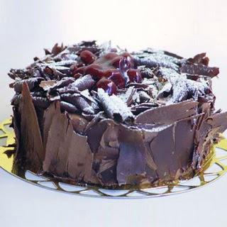 pasta yolla 4 ile 6 kisilik visneli çikolatali yas pasta  Uşak çiçek siparişi sitesi