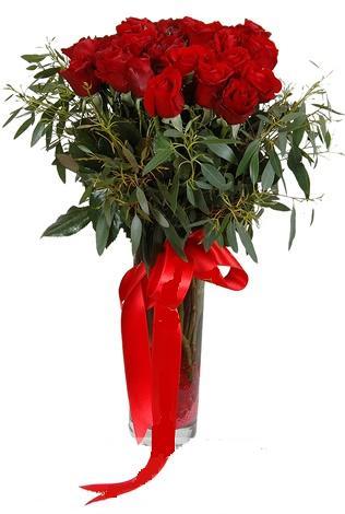 15 adet kirmizi gül cam vazo içerisinde  Uşak internetten çiçek satışı
