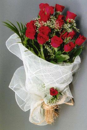 10 adet kirmizi güllerden buket çiçegi  Uşak yurtiçi ve yurtdışı çiçek siparişi