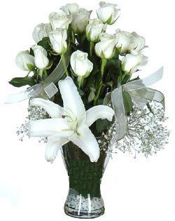 cam içerisinde 11 beyaz gül ve 1 kazablanka  Uşak çiçek siparişi sitesi