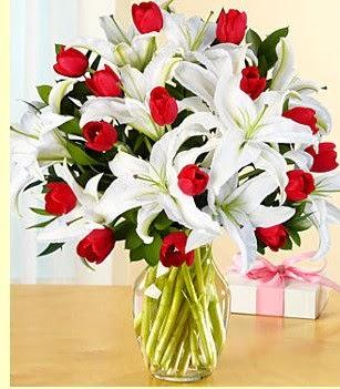 Uşak çiçek siparişi sitesi  3 kazablanka 10 kırmızı gül vazosu