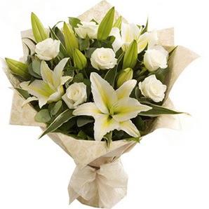Uşak anneler günü çiçek yolla  3 dal kazablanka ve 7 adet beyaz gül buketi