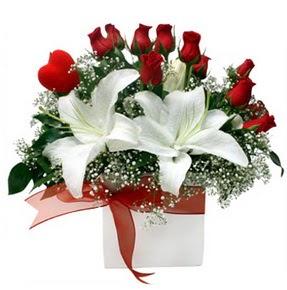 Uşak çiçekçi mağazası  1 dal kazablanka 11 adet kırmızı gül vazosu
