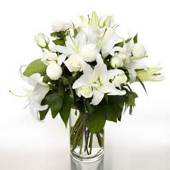 Uşak çiçek gönderme sitemiz güvenlidir  1 dal cazablanca 7 adet beyaz gül vazosu