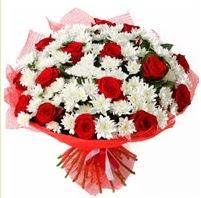 11 adet kırmızı gül ve beyaz kır çiçeği  Uşak internetten çiçek satışı