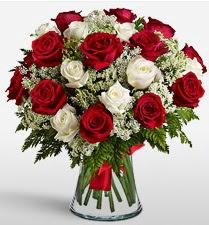 Vazoda 12 kırmızı 12 beyaz gül tanzimi  Uşak uluslararası çiçek gönderme