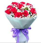 12 adet kırmızı gül ve beyaz kır çiçekleri  Uşak çiçekçi mağazası