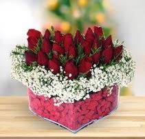 15 kırmızı gülden kalp mika çiçeği  Uşak çiçek satışı