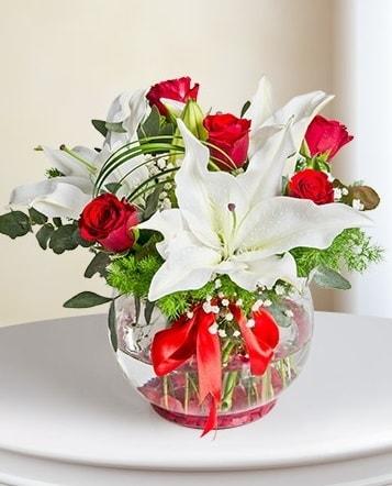 Fanus Vazoda 2 Lilyum ve 5 Gül Dansı  Uşak çiçek gönderme