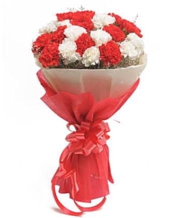 21 adet kırmızı beyaz karanfil buketi  Uşak çiçek satışı