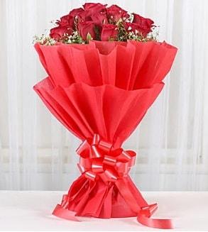 12 adet kırmızı gül buketi  Uşak hediye çiçek yolla
